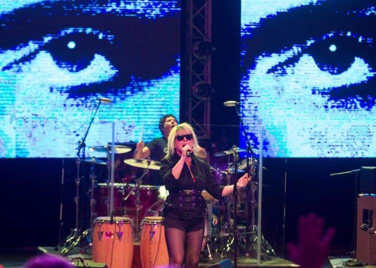 La cantante de la banda estadounidense Blondie Debbie Harry se presentó en un concierto en el teatro Mella en La Habana (Cuba). Foto: Yander Zamora / EFE.