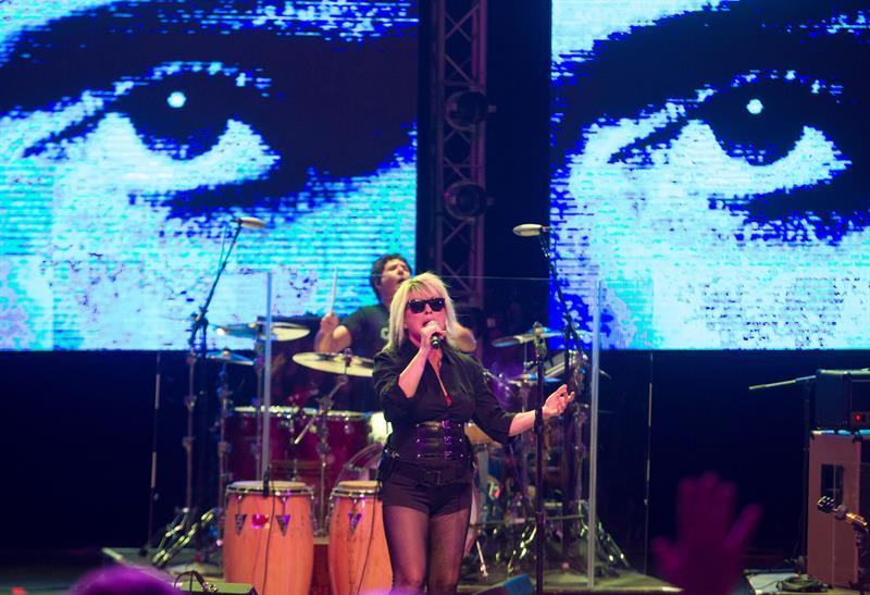 La cantante de la banda estadounidense Blondie Debbie Harry se presentó en un concierto en el teatro Mella en La Habana (Cuba). EFE/Yander Zamora