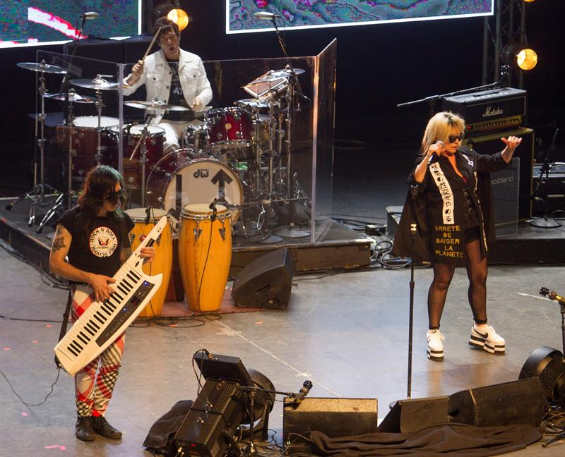 La emblemática banda estadounidense de rock Blondie actuó por primera vez en Cuba con dos conciertos en los que compartió escena con reconocidos artistas de la isla, entre ellos Alain Pérez, David Blanco y Síntesis. EFE/Yander Zamora