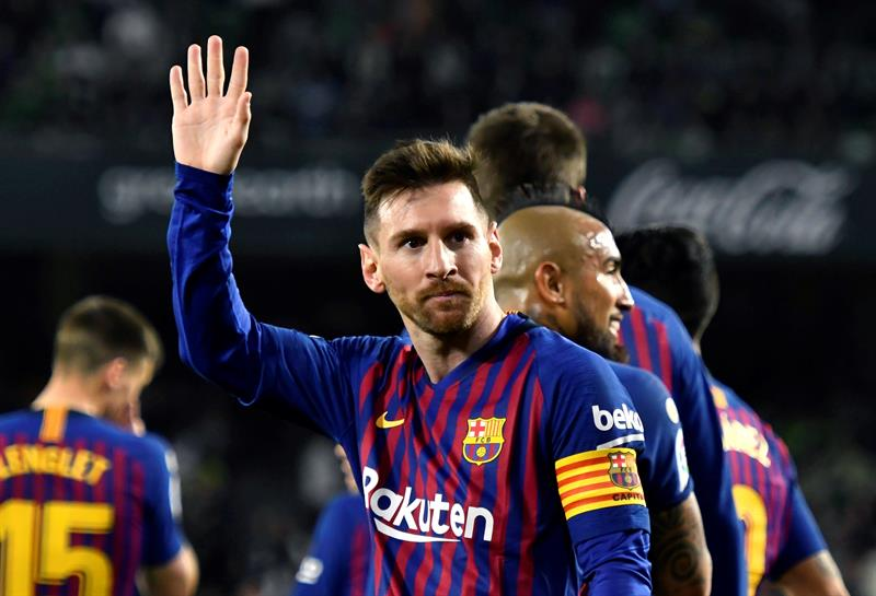El delantero argentino del FC Barcelona, Leo Messi, celebra el cuarto gol del equipo blaugrana durante el encuentro correspondiente a la jornada 28 de primera división que disputan esta noche en el estadio Benito Villamarín, en Sevilla. EFE/Raúl Caro.