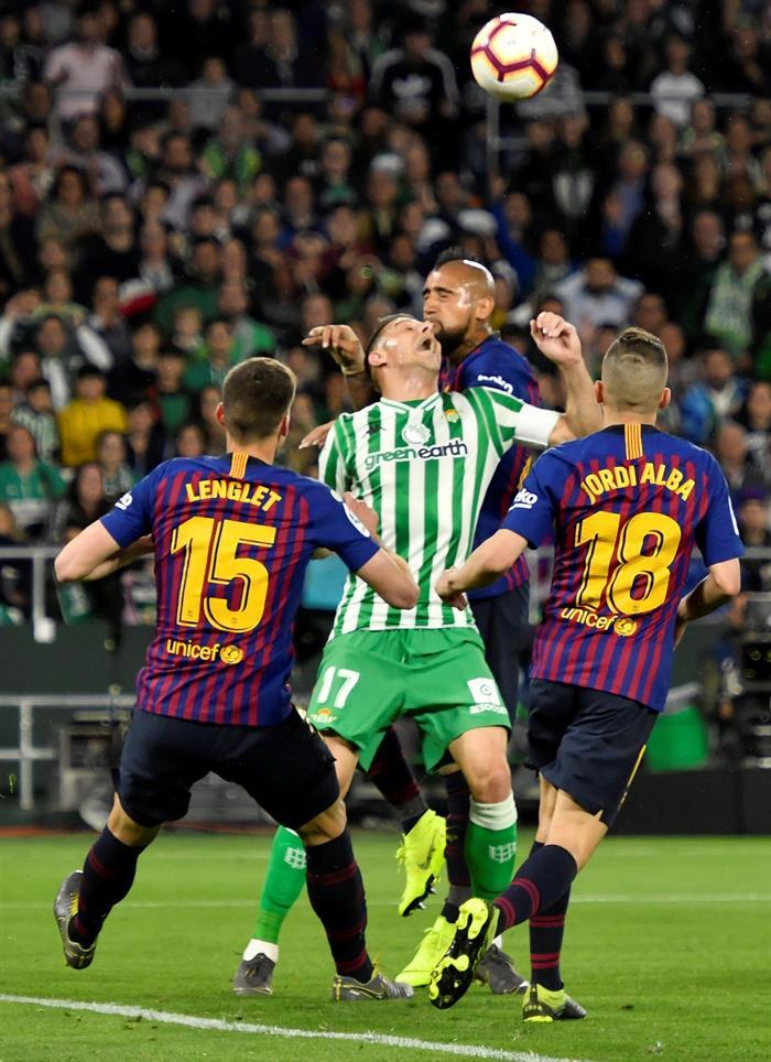 El centrocampista del Real Betis, Joaquín Sánchez (2i), disputa el balón ante el jugador chileno del FC Barcelona, Arturo Vidal (2d), durante el encuentro correspondiente a la jornada 28 de primera división disputado esta noche en el estadio Benito Villamarín, en Sevilla. EFE/Raúl Caro.
