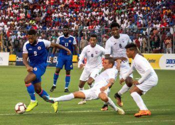 Duckens Nazon (i) de la selección haitiana controla el balón ante la defensa cubana durante un partido por la última jornada de las eliminatorias de la Liga de Naciones de la Concacaf entre Haití y Cuba este domingo, en el estadio Sylvio Cator, enPuerto Príncipe (Haití). EFE/Jean Marc Herve Abelard