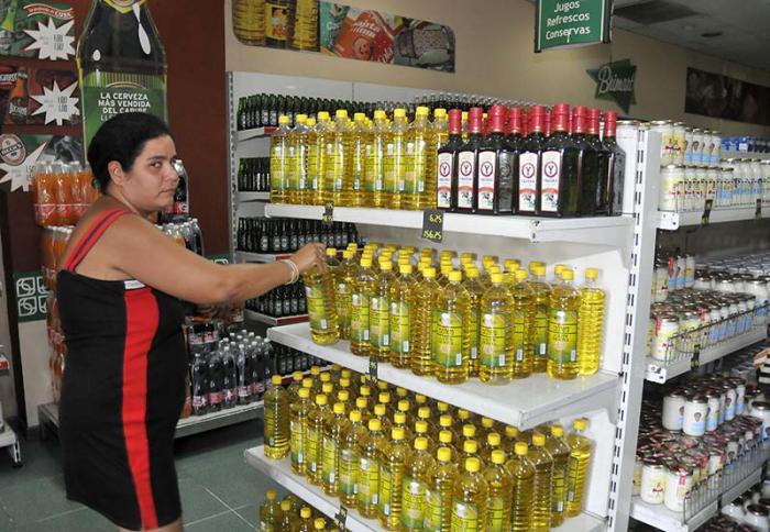 Los cubanos esperan que el aceite vegetal se normalice en los anaqueles de las tiendas y terminen las colas. Foto: Granma / Archivo.