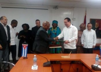 Los ministros de salud de Cuba, José Ángel Portal (3-d), y de Sudáfrica, Pakishe Aaron Motsoaledi (5-i), se saludan tras firmar un acuerdo intergubernamental, el 4 de marzo de 2019 en La Habana. Foto: @MINSAPCuba / Twitter.