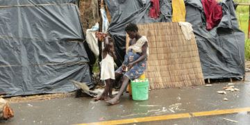 Sobrevivientes del ciclón Idai, junto a un refugio improvisado junto a una carretera cerca de Nhamatanda, a unos 50 kms de Beira, Mozambique, el 22 de marzo de 2019. (AP Foto/Tsvangirayi Mukwazhi)