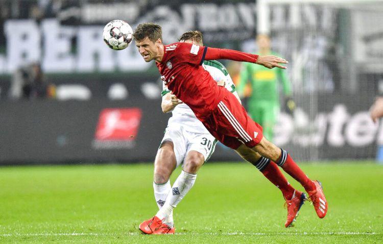 Thomas Mueller, a quien Low no convocará más, trata de cabecear el balón en un partido entre el Borussia Moenchengladbach y el Bayern de Munich por la Bundesliga, el sábado 2 de marzo de 2019. (AP Foto/Martin Meissner)