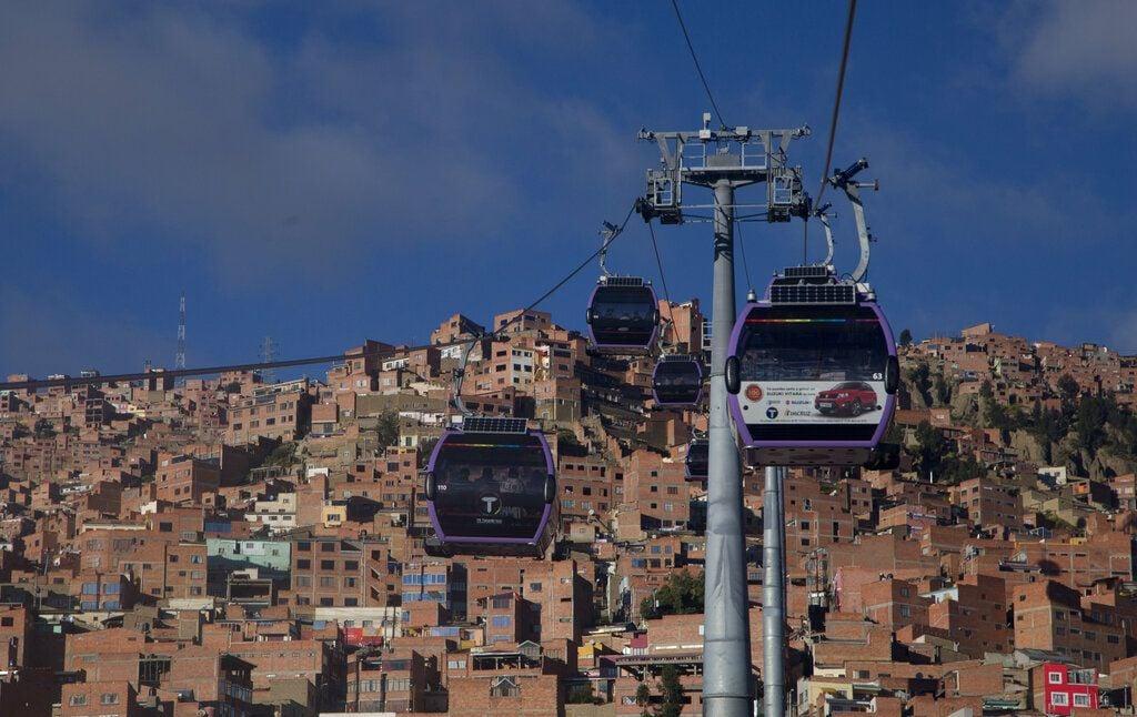 Un teleférico que conecta las ciudades de El Alto y La Paz, en Bolivia, circula por encima del tráfico, el viernes 8 de marzo de 2019. El sistema es el más alto del mundo, a unos 4,000 metros sobre el nivel del mar. Foto: Juan Karita / AP.