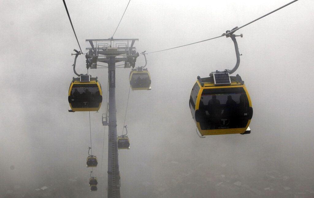 Varias cabinas del teleférico que une La Paz con El Alto, Bolivia, cruzando la niebla. Foto: Juan Karita / AP / Archivo.