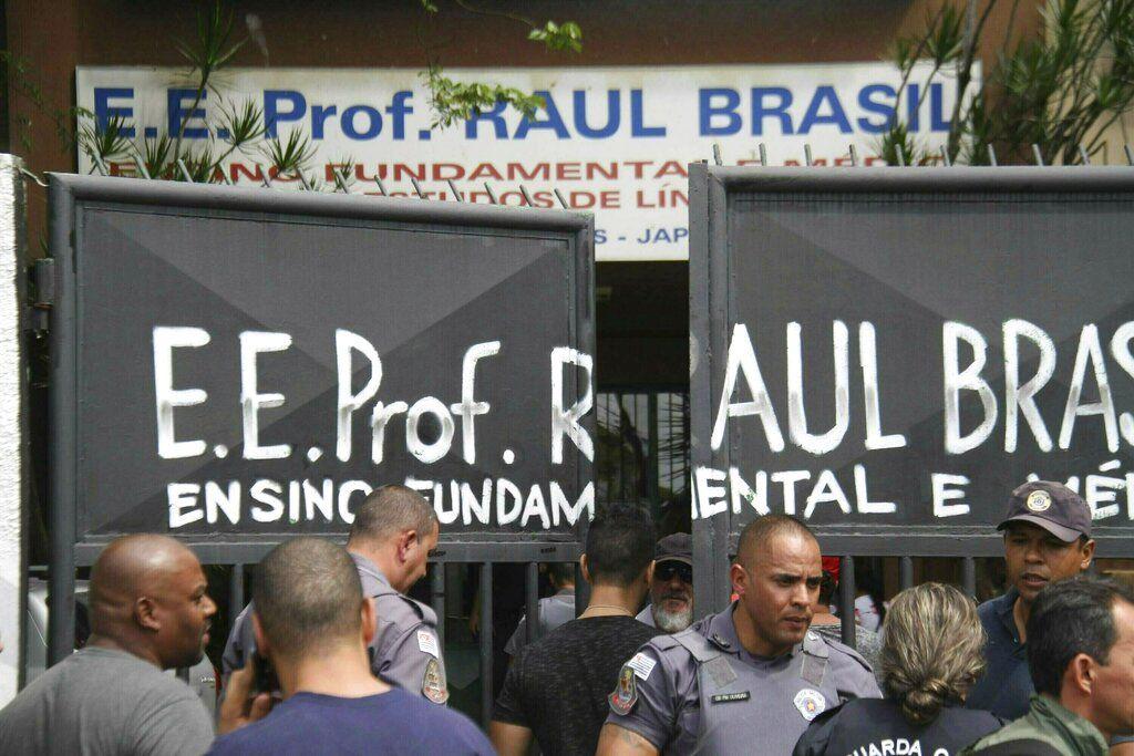 Policías custodian la entrada a la Escuela Estatal Raul Brasil en Suzano, Brasil, el miércoles, 13 de marzo del 2019. Dos adolescentes con capuchas abrieron fuego en la escuela en el sur de Brasil, matando a seis personas antes de suicidarse, dijeron las autoridades. (Mauricio Sumiya/Futura Press via AP)