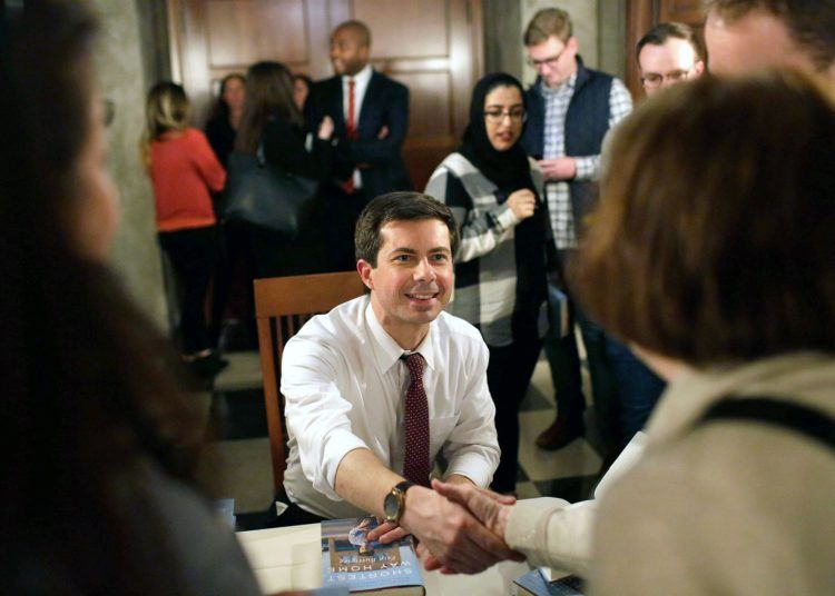 Pete Buttigieg firmando libros durante el lanzamiento de su Shortest Way Home, University of Chicago Press, enero de 2019.