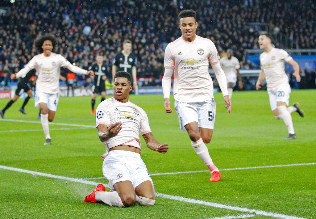 Marcus Rashford, en el piso, festeja tras anotar de penal el tercer gol del Manchester United para la victoria 3-1 ante el Paris Saint Germain en los octavos de final de la Liga de Campeones en París, el miércoles 6 de marzo de 2019. (AP Foto/Francois Mori)