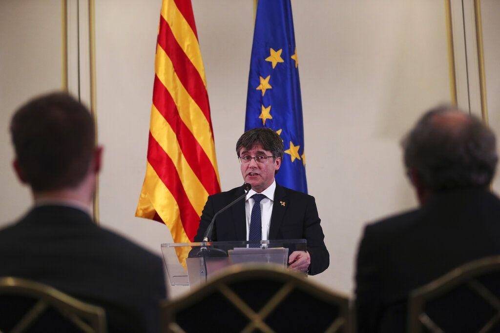 Fotografía de archivo del 18 de febrero de 2019 del expresidente regional de Cataluña, Carles Puigdemont, en conferencia en Bruselas. (AP Foto/Francisco Seco, Archivo)
