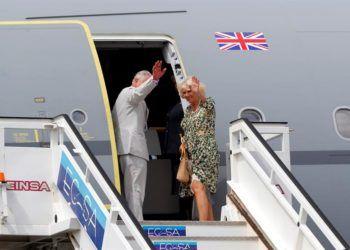 El príncipe Carlos de Inglaterra y su esposa suben al avión oficial en el aeropuerto internacional José Martí de La Habana, al concluir su visita de cuatro días. Foto: Ernesto Mastrascusa / EFE.