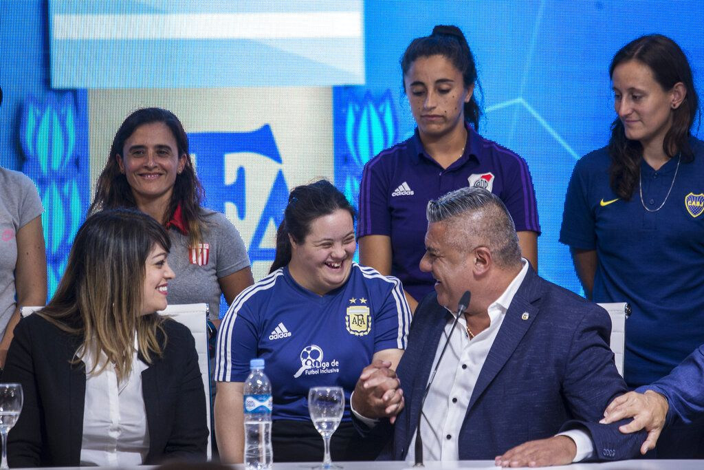 Claudio Tapia (derecha), presidente de la Asociación del Fútbol Argentino (AFA) durante una rueda de prensa en la que anunció la profesionalización de la liga femenina de fútbol, en Buenos Aires, el sábado 16 de marzo de 2019. (AP Photo/Daniel Jayo)