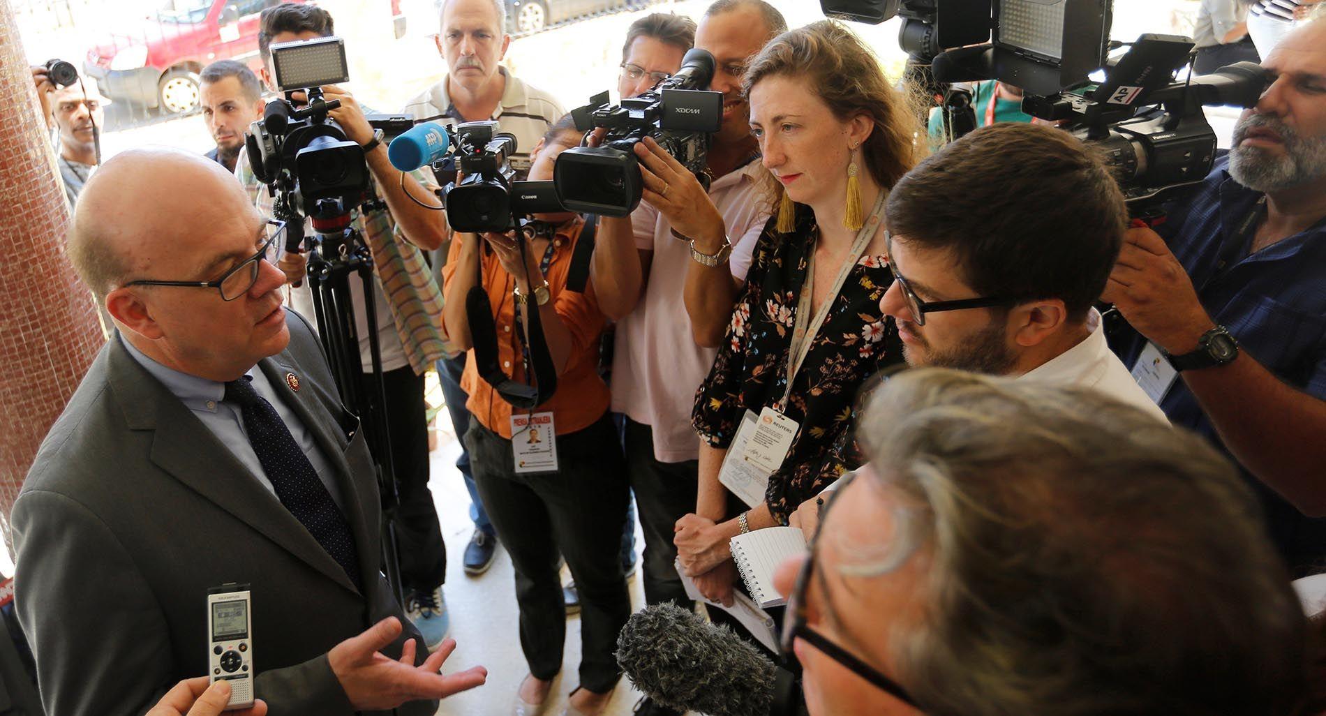 El congresista estadounidense James McGovern (i) habla con la prensa durante su visita al Instituto Superior de Relaciones Internacionales en La Habana, el 29 de marzo de 2019. Foto: Yander Zamora / EFE.