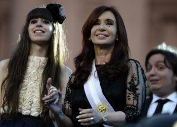 La expresidenta argentina Cristina Fernández de Kirchner (der) junto a su hija Florencia. Foto: notife.com / Archivo.