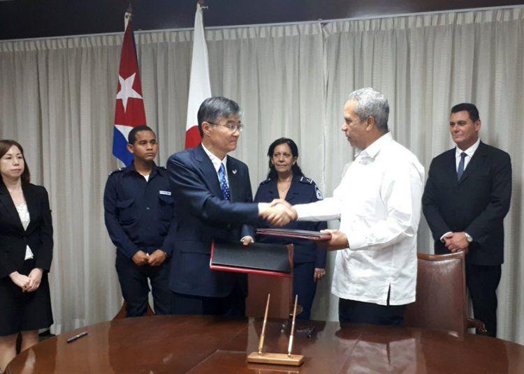 El embajador de Japón en Cuba, Kazuhiro Fujimura (3-i), y Antonio Carricarte (2-d), viceministro primero del Comercio Exterior y la Inversión Extranjera de la Isla, se saludan tras la firma de dos acuerdos de cooperación bilateral, el 26 de marzo de 2019 en La Habana. Foto: @embacubajapon / Twitter.