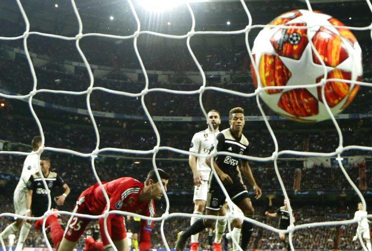 David Neres anota el segundo gol del Ajax en el partido ante el Real Madrid por los octavos de final de la Liga de Campeones en Madrid, el martes 5 de marzo de 2019. (AP Foto/Manu Fernández)