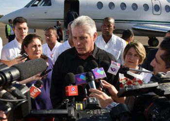 El presidente cubano, MIguel Díaz-Canel, habla a la prensa a su llegada a Managua, Nicaragua, para participar en la VIII Cumbre de Jefes de Estado y de Gobierno de la Asociación de Estados del Caribe (AEC), el jueves 28 de marzo de 2019. Foto: @aparedesrebelde / Twitter.