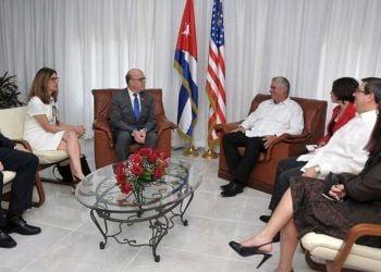 El presidente cubano, Miguel Díaz-Canel, durante una reunión con el congresista estadounidense James McGovern (c-izq), en La Habana. Díaz-Canel recibió este sábado al congresista, un firme defensor del acercamiento bilateral con quien el mandatario abordó el estado de las relaciones entre ambos países. Foto: Estudios Revolución / Presidencia de Cuba / EFE.