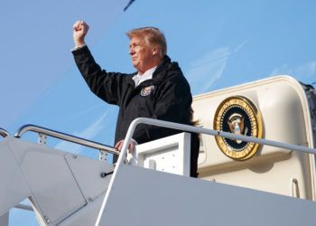 El presidente Donald Trump saluda al salir del Air Force One en el Aeropuerto Internacional de Palm Beach, en Florida, el viernes 8 de marzo de 2019. Foto: Carolyn Kaster / AP / Archivo.