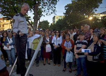 Personas aguardan su turno para ingresar en la Sección de Intereses de Estados Unidos para solicitar visa de turista, en La Habana, el 21 de enero de 2015. Foto: Ramón Espinosa / AP.