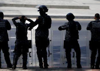 Policías venezolanos asumen posiciones antes de una marcha opositora en Caracas el 19 de marzo del 2019. Foto: Natacha Pisarenko / AP