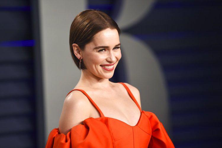 """Emilia Clarke llega a la fiesta del Oscar de Vanity Fair en Beverly Hills, California, el 24 de febrero de 2019. Clarke reveló en un artículo publicado el jueves 21 de marzo del 2019 por The New Yorker que ha tenido dos aneurismas potencialmente fatales, y dos cirugías cerebrales, desde que comenzó """"Game of Thrones"""".  Foto: Evan Agostini / Invision / AP."""