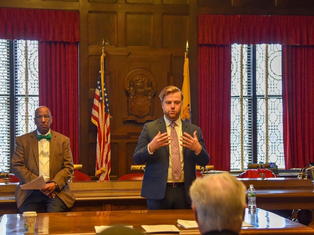 James Williams se dirige a los políticos en la Cámara de Representantes estatal en New Jersey. Foto: Facebook Engage Cuba.
