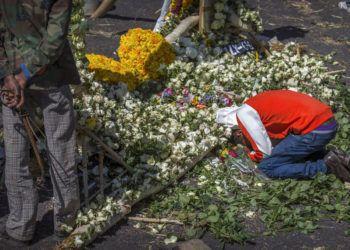 El familiar de una de las vícitmas del accidente de un avión de Ethiopian Airlines llora a su ser querido sobre un arreglo floral en el lugar del choque, cerca de Bishoftu, sur-este de Adís Abeba, en Etiopía, el viernes 15 de marzo del 2019. Foto: Mulugeta Ayene / AP.