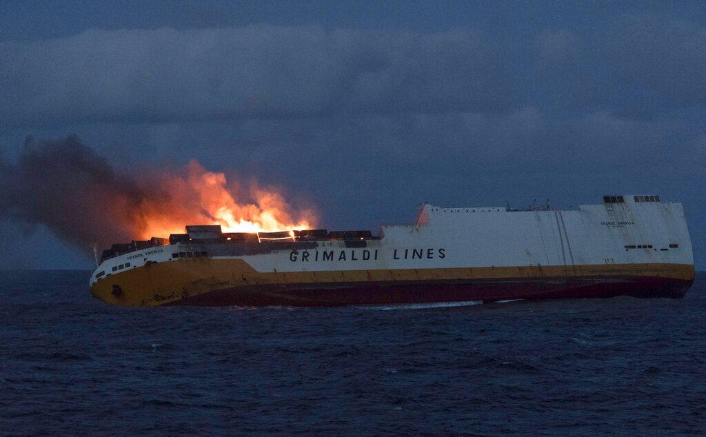 En la imagen, distribuida el 14 de marzo de 2019 por la Marina de Francia, se muestra el mercante Grande America de Grimaldi Lines en llamas en el Golfo de Vizcaya, en la costa oeste de Francia, el 11 de marzo de 2019. Foto: Loic Bernardin / Marine Nationale vía AP