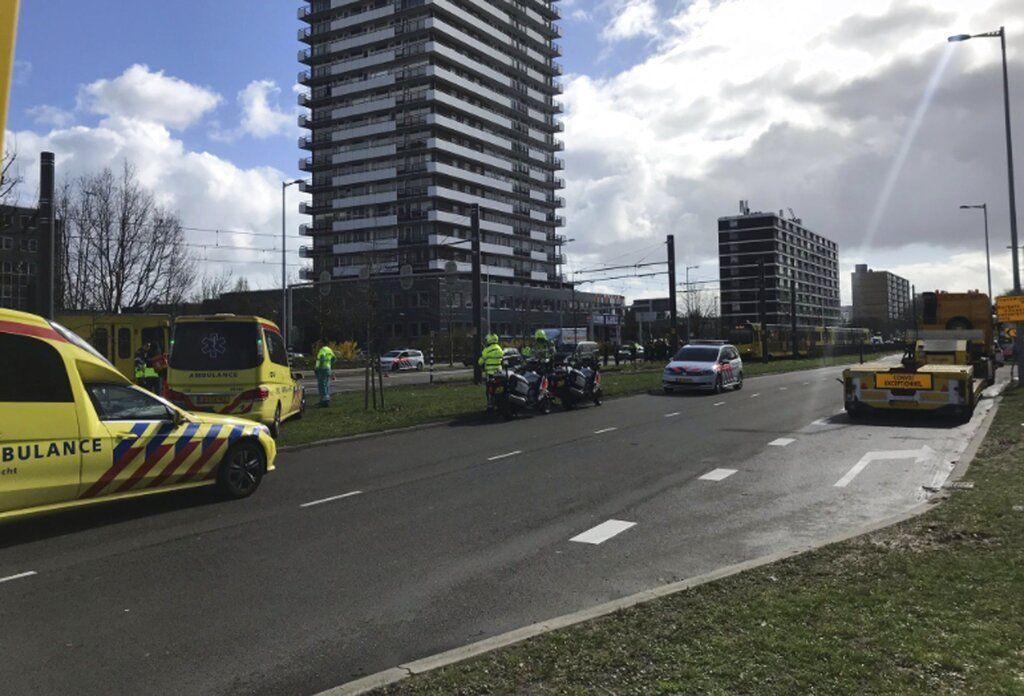 Servicios de emergencia acuden a la escena de un ataque en Utrecht, Holanda, el 18 de marzo de 2019. Foto: Martijn van der Zande vía AP.