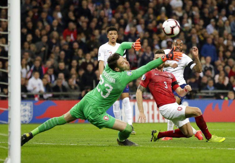 El delantero de Inglaterra, Raheem Sterling, derecha, dispara para marcar el tercer gol de su equipo durante el juego del Grupo A de la eliminatoria para la Eurocopa 2020 contra República Checa, en el estadio Wembley, en Londres, el viernes 22 de marzo de 2019. Foto: Tim Ireland / AP.