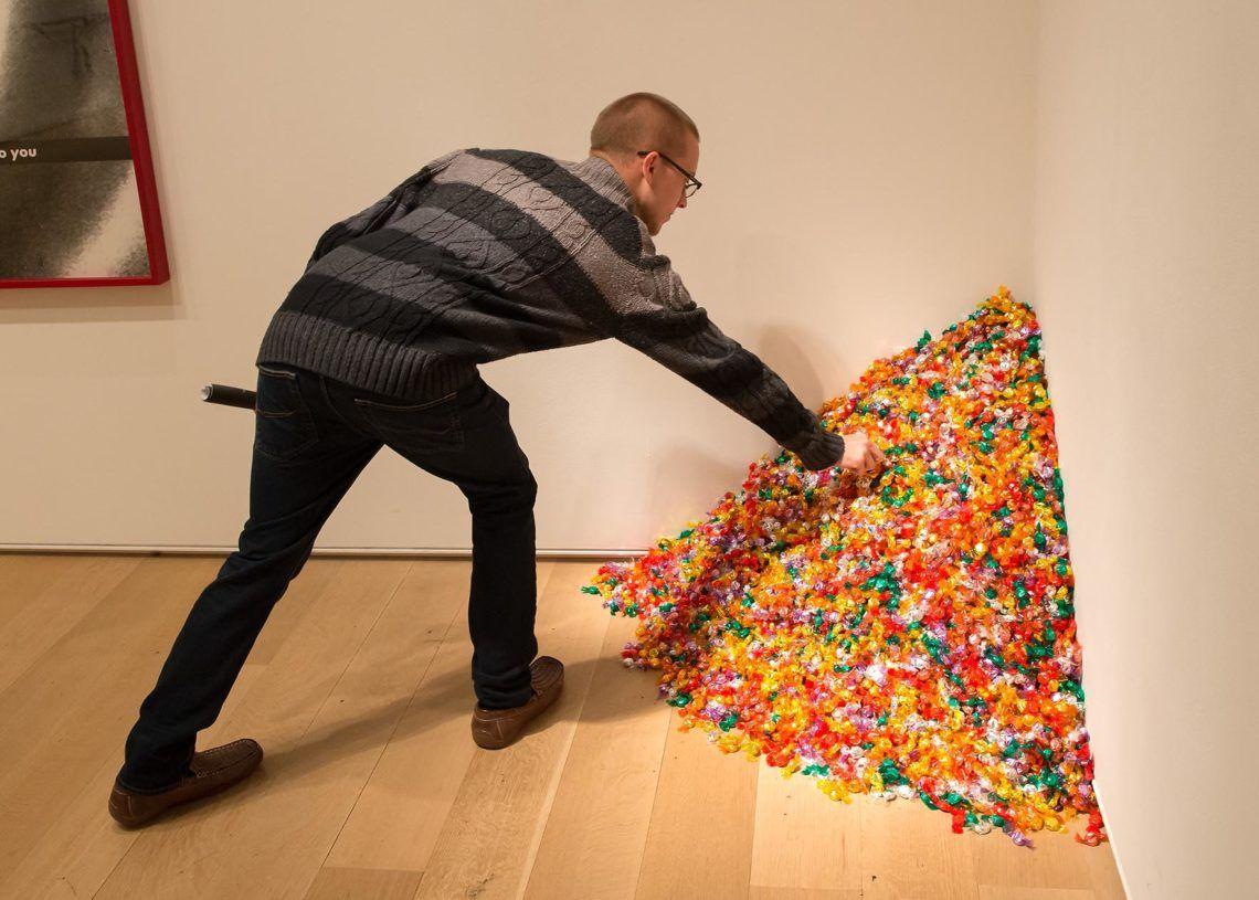 Un hombre interactúa con una obra del artista de origen cubano Félix González-Torres. Foto: Public Delivery.