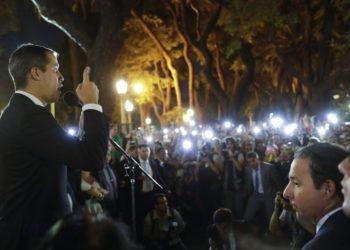 El autoproclamado presidente interino de Venezuela, Juan Guaidó, habla a sus simpatizantes frente a la cancillería en Buenos Aires, Argentina, el viernes 1ro de marzo de 2019.  Foto: Natacha Pisarenko / Ap.