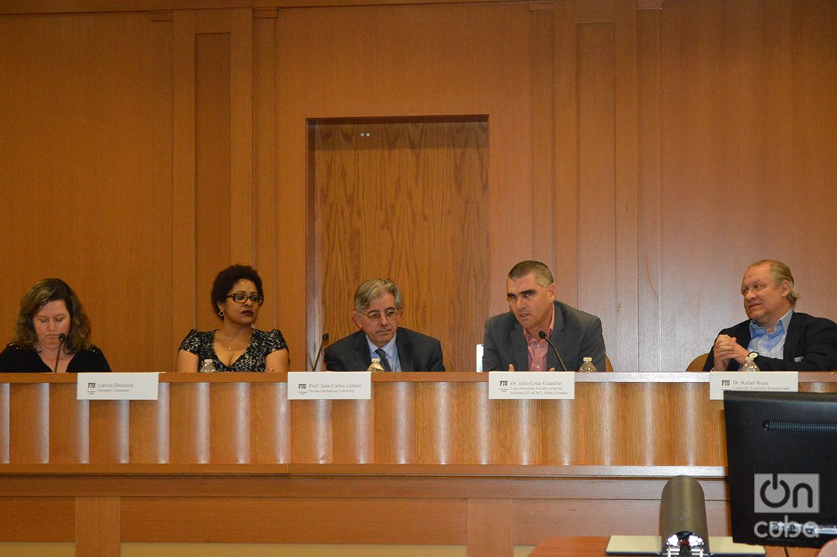 Expertos durante un panel organizado por el Instituto de Investigaciones Cubanas de la FIU. Foto: Marita Pérez Díaz.