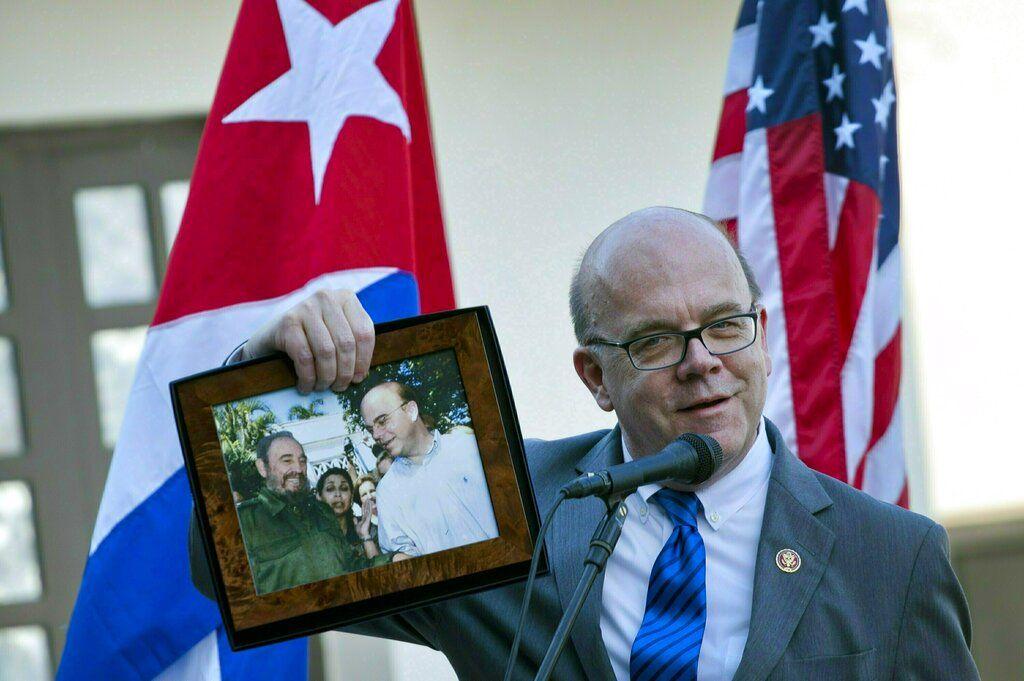 El congresista estadounidense Jim McGovern muestra una foto donde sale él y el expresidente cubano Fidel Castro durante la inauguración de un centro de conservación en La Habana, Cuba, el sábado 30 de marzo de 2019. Conservadores cubanos y estadounidenses abrieron un centro de conservación en la Finca Vigia, la casa en La Habana en Ernest Hemingway. Foto: Ramón Espinosa / AP.