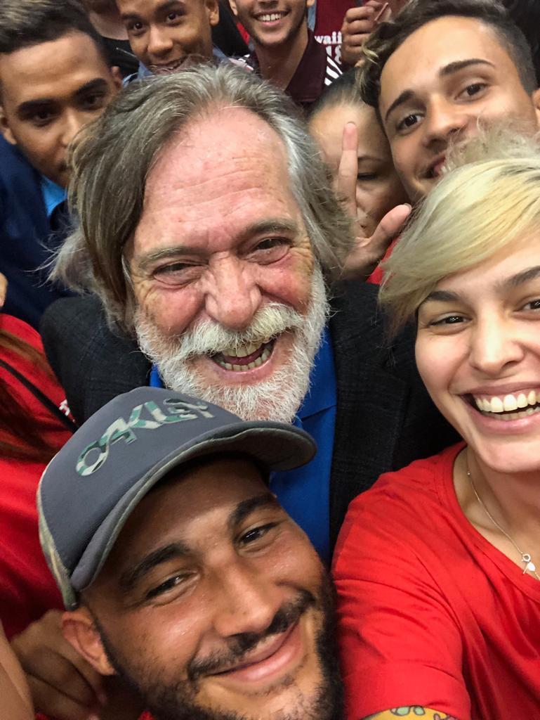 """El actor José de Abreu junto a sus seguidores durante su """"acto de juramentación"""". Foto: Tomada de Twitter."""