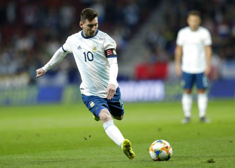 Lionel Messi, de la selección de Argentina, conduce el balón durante un partido amistoso ante Venezuela en madrid, el viernes 22 de marzo de 2019 (AP Foto/Bernat Armangue)