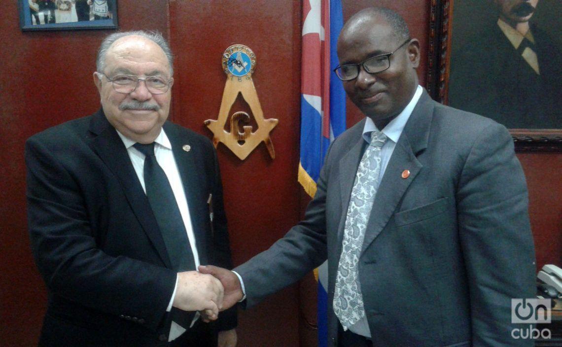 El Gran Maestro de la Gran Logia de Florida, Dr. John E. Karroum, y el Gran Maestro de la Gran Logia de Cuba, Ernesto Zamora, durante su encuentro en La Habana. Foto: Camila Acosta.