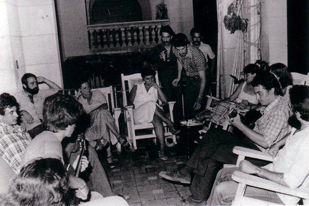 Los primos en una terturlia familiar en la casa de El Vedado. Foto: Archivo de Josefina de Diego.