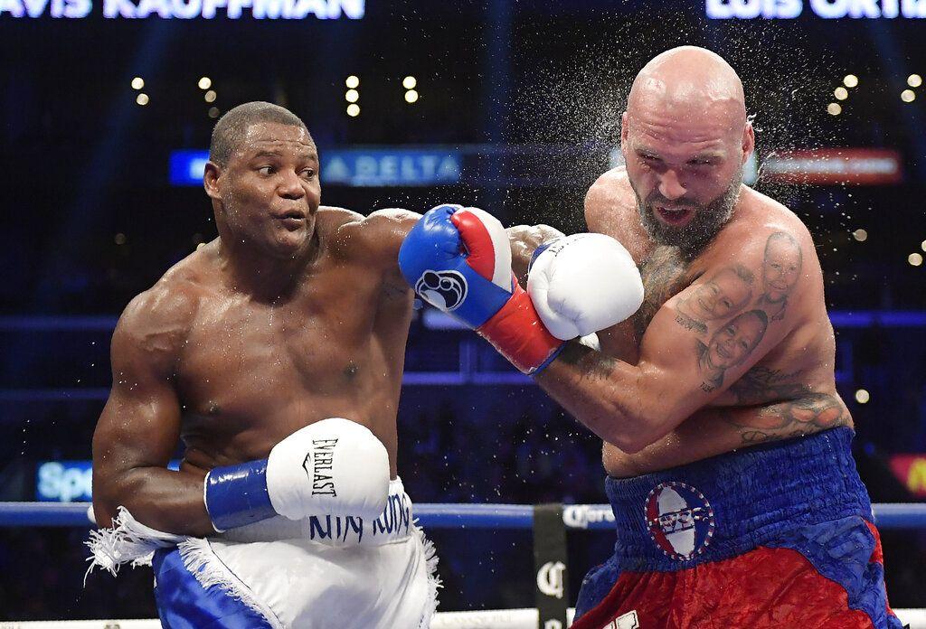 ARCHIVO - En esta foto del 1 de diciembre de 2018, Luis Ortiz (izquierda) conecta un golpe a Travis Kauffman en el sexto asalto de una pelea de pesos pesados en Los Ángeles. (AP Foto/Mark J. Terrill)