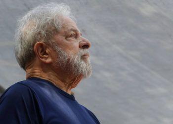 El ex presidente Luiz Inácio Lula da Silva antes de hablar a sus seguidores afuera de la sede de la Unión de Trabajadores del Metal en Sao Bernardo do Campo, el 7 de abril de 2018 . Foto: Andre Penner / AP.