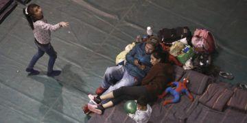 Una familia mexicana espera en la frontera en Ciudad Juárez poder ingresar a Estados Unidos. (AP Foto/Christian Torres, Archivo)