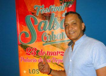 Samuel Formell, director de Los Van Van, posa el 14 de marzo de 2019 junto a un afiche del primer Festival de Salsa Cubana en la Ciudad de México, previsto para el 23 de marzo en el Palacio de los Deportes. Foto: Berenice Bautista / AP.