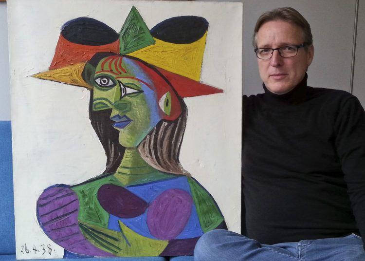 """Arthur Brand junto a """"Buste de Femme"""", un cuadro de Picasso recuperado 20 años después de su robo. Foto Time.com"""