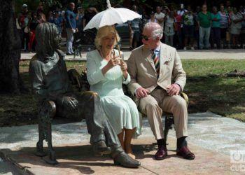 El Príncipe Carlos de Inglaterra y su esposa Camila, duquesa de Cornualles, junto a la escultura de John Lennon en el parque de 17 y 6 en el Vedado, La Habana, el 26 de marzo de 2019. Foto: Otmaro Rodríguez.