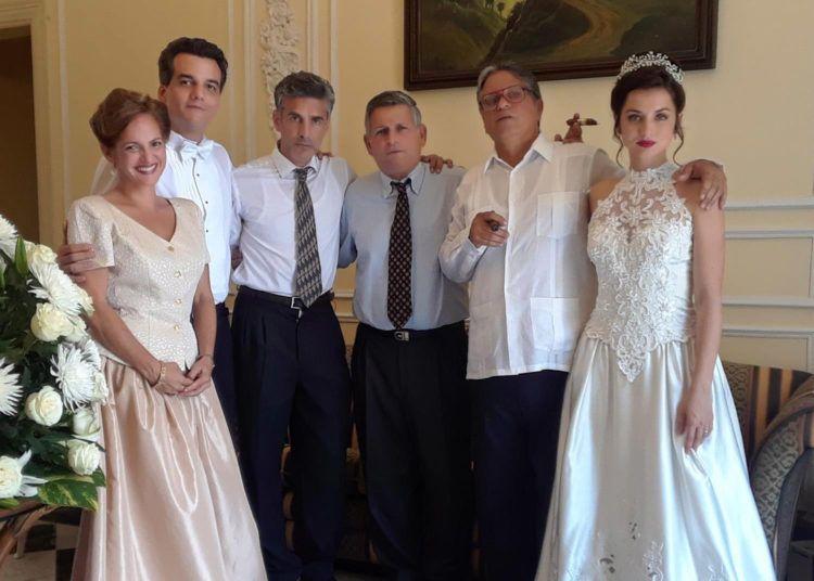 """Algunos actores que intervienen en la filmación en Cuba de la película """"Red avispa"""". De izquierda a derecha: Iris Pérez, Walter Moura, Leonardo Sbaraglia, Omar Alí, René de la Cruz y Ana de Armas. Foto: Perfil de Facebook de René de la Cruz."""