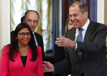 El canciller ruso Serguei Lavrov, derecha, recibe a la vicepresidenta venezolana Delcy Rodríguez en Moscú, viernes 1 de marzo de 2019. Foto: Pavel Golovkin / AP.