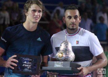 El australiano Nick Kyrgios (der), con su trofeo de ganador del ATP 500 de tenis de Acapulco, junto a su víctima en la final, el alemán Alexander Zverev (izq). Foto: Jesús Adonis Martínez.